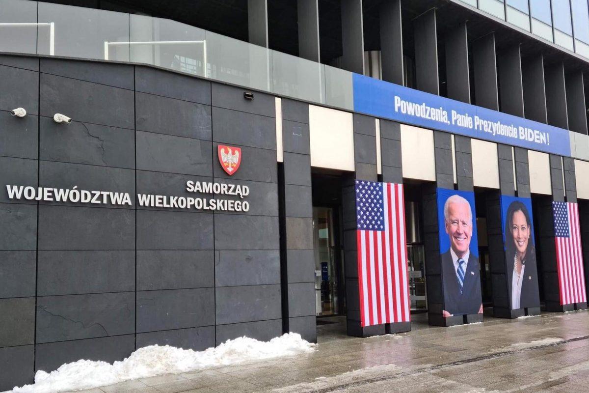 Portrety Joe Bidena i Kamali Harris na urzędzie marszałkowskim