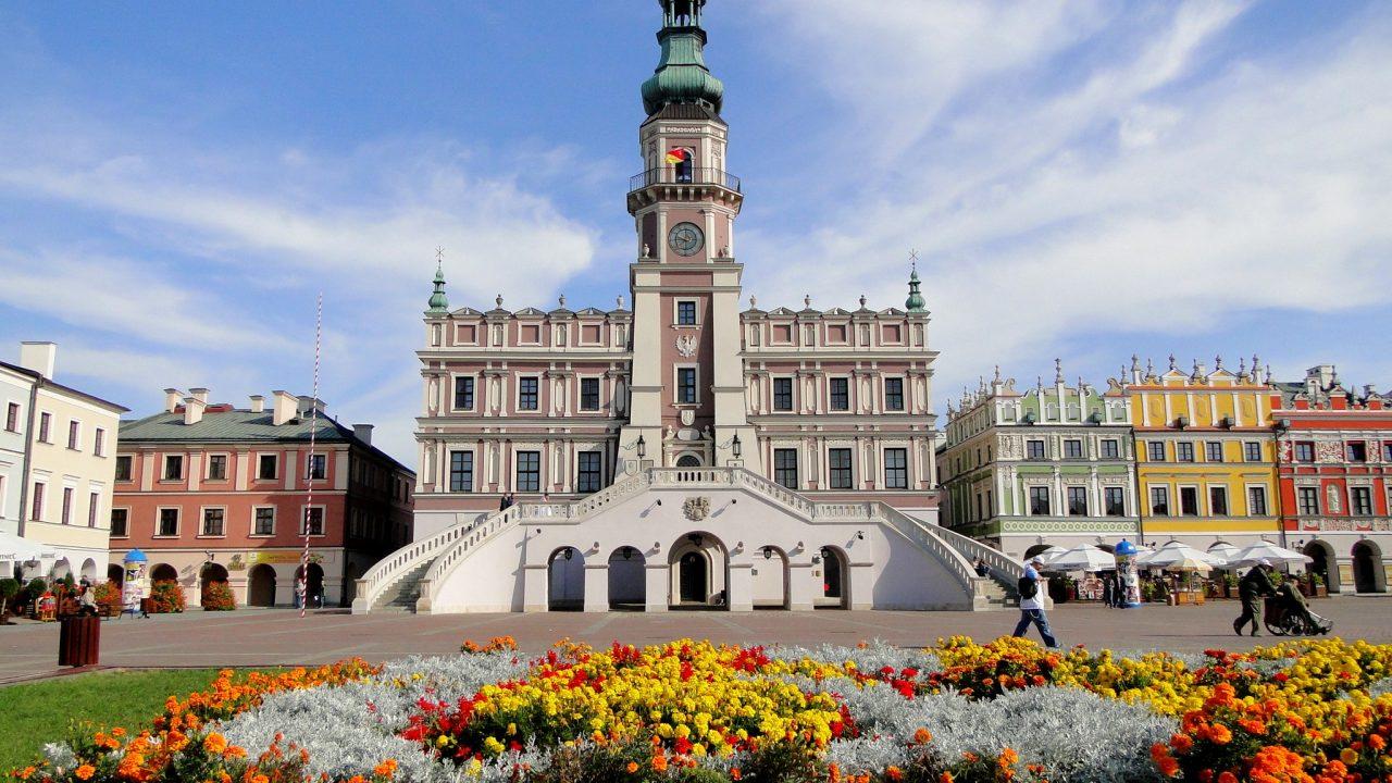 https://myslpolska.info/wp-content/uploads/2021/03/Zamosc._Ratusz.-1280x720.jpg
